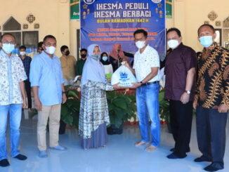 Wawako Payakumbuh serahkan paket sembako dari Ikesma Peduli kepada anak yatim piatu dan keluarga kurang mampu.