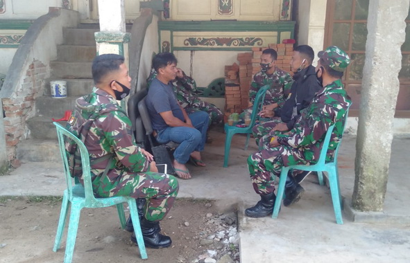Aksi Komsos anggota TNI di lokasi TMMD Jorong Talangmaur.