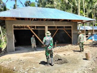Anggita Satgas pra TMMD tengah membantu warga mewujudkan gudang pertanian di wilayah TMMD Nagari Talang Maue.