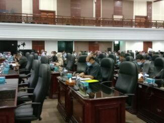 Anggota DPRD Sumbar saat mengikuti Rapat Paripurna