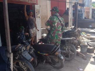 Anggota Satgas TMMD Kunjungi usaha bengkel salah seorang warga.
