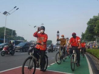 Anies Baswedan saat bersepeda.