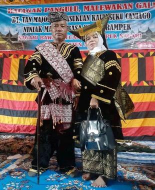 B. Dt, Tan Majo Lelo bersama dengan istri.