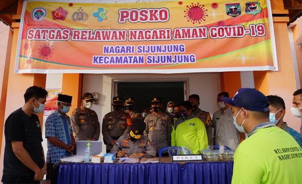Brigjen Pol Drs. Hendi Handoko. M.M saat mengunjungi posko relawan nagari aman tageh di Nagari Sijunjung Kecamatan Sijunjung.