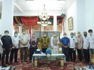 Bupati Eka Putra bersama anggota PMI Tanah Datar.