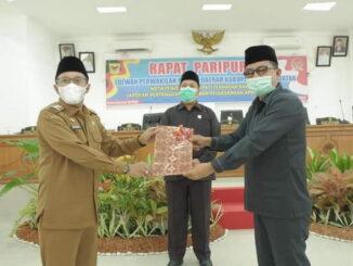 Bupati Eka Putra menyerahkan laporan kepada Wakil Ketua DPRD Tanah Datar.