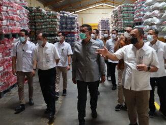 Bupati Epyardi Asda saat mengunjungi PT FS.