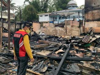 Bupati Limapuluh Kota tengah melihat puing puing pasar Baruahgunuang yang terbakar Sabtu dinihari.