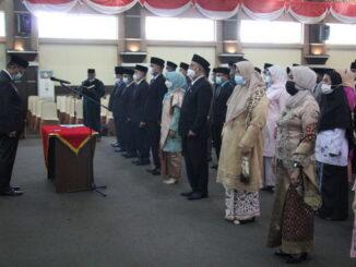 Bupati Solok Epyardi Asda saat melantik pejabat administratif dan pengawai di Kab. Solok.