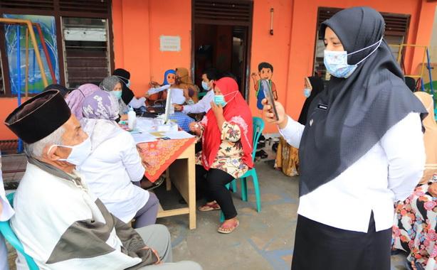 Camat Payakumbuh Utara tengah berdialog dengan lansia yang akan ikut di vaksin covid 19.