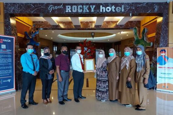 Evans Restoran Grand Rocky Hotel diganjar penghargaan oleh Dirjen.Kesmas Kemenkes RI karena komit menerapkan protkes 2020.