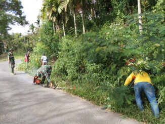 Goro membersihkan jalan di Munah di Maek oleh anggota Satgas TMMD.
