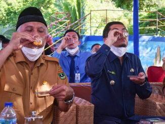 Gubernur Sumbar H. Mahyeldi Ansharullah, SP dan Walikota Sawahlunto Deri Asta, SH sedang minum madu galo-galo di kebun buah Kandi Sawahlunto.