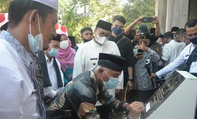 Gubernur Sumbar H.Mahyeldi Ansharullah sedang menandatangani prasasti.