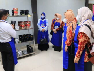 Ibu-ibu dari Dharma Wanita Persatuan (DWP) Kabupaten Empat Lawang, Sumsel yang berkunjung di dapur Sentra IKM Randang Kota Payakumbuh.