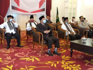 Jajaran Pemkab Solok saat mengikuti Peringatan Hari Lahir Pancasila secara virtual.