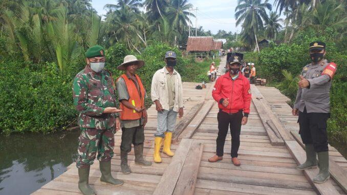Jembatan kayu lintasan beberapa Desa menuju induk kecamatan diwilayah Desa Nemnemleleu Kecamatan Sipora Selatan kabupaten kepulauan Mentawai.