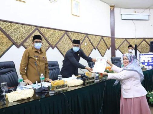 Ketua DPRD Kota Padang, Syafrial Kani menerima Surat Keputusan Fraksi Demokat.