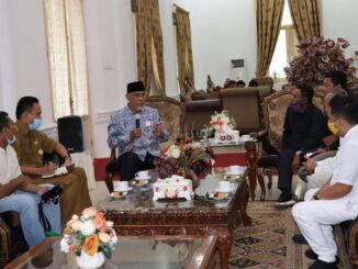 Mahyeldi saat beraudiensi dengan petani gambir di Istana Gubernuran.