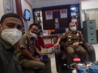 Masyarakat saat melapor ke markas Pol PP Kota Padang.
