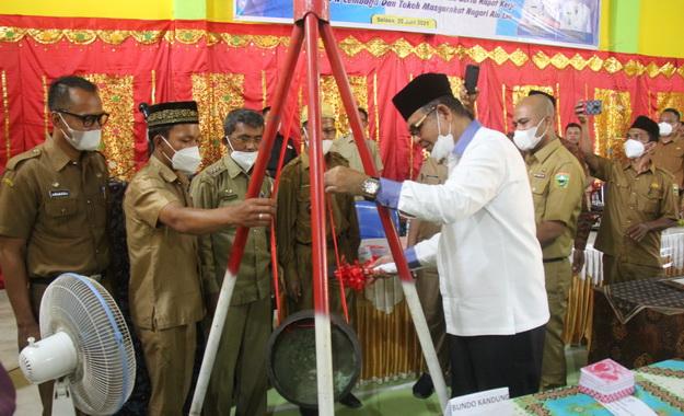 Pemukulan gong tanda peresmian Gedung Balai Kemasyarakatan.