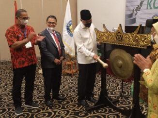 Pemukulan gong tanda dibukanya Rakor Investasi.