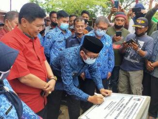 Penandatangan Prasasti oleh Walikota Hendri Septa.