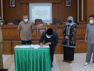 Penandatanganan Ranperda pertanggungjawaban pelaksanaan APBD 2020 menjadi Perda oleh ketua DPRD Payakumbuh.
