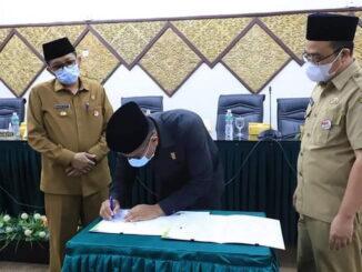 Penandatanganan Surat Keputusan Penyampaian Pendapat Fraksi-fraksi oleh Ketua DPRD Kota Padang, Syafrial Kani.