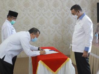Penandatanganan berita acara serahterima jabatan Sekdakab Solok.