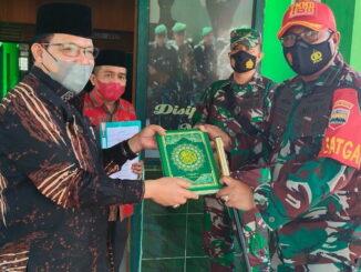 Penyerahan Al Qur'an oleh Kamenag Limapupuh Kota.