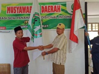 Penyerahan bendera kepada Ketua Fespati Sumbar terpilih.