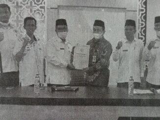 Penyerahan dokumen audit kantor Kemenag Tanah Datar.