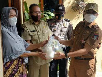 Penyerahan sembako untuk warga terpapar covid-19 yang diisolasi mandiri oleh Camat Lubuk Begalung Nan XX Heriza Syafani, S.STP.M.PA.