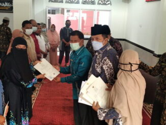 Penyerahan sertifikat hakal kepada 13 pelaku usaha pangan di Payakumbuh.