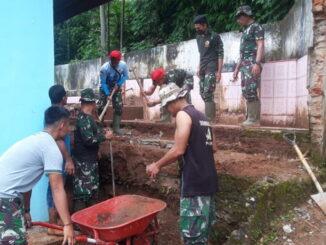 Personil Satgas TMMD-N goro bersama masarakst melanjutkan revonasi masjid Nurul Iman.