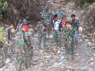 Satgas TMMD menelusuri bukik Sugak untuk memasang patok untuk pedoman dalam pembukaan jalan baru dari Talang Maur menuju Maek.