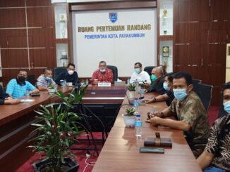 Satgas covid 19 Kota Payakumbuh tengah mengikuti rapat bersama Satgas Covid Pusat dari ruangan pertemuan Randang Balaikota Payakumbuh.