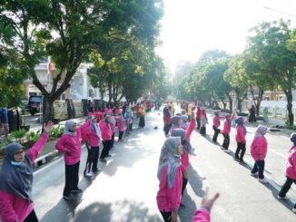 Senam bersama dalam rangka peringatan Harganas tahun 2021 di Bukittinggi.
