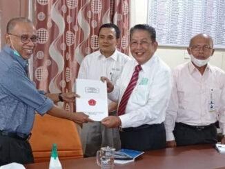 Suryadi Asmi menerima hasil Audit Keuangan tahun buku 2020 oleh KAP