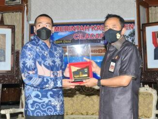 Wagub Audy Joinaldi bersama Bupati Cilacap.