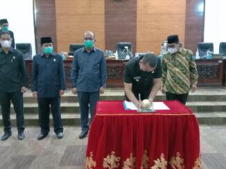 Wakil Gubernur Sumbar Auidy Joinaldy saat menandatangani nota kesepakatan perubahan Perda Nomor 8 Tahun 2016