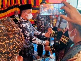 Wali Nagari Bawan menyerahkan tongkat kebesaran kepada Ninik Mamak B. Dt. Tan Majo Lelo.