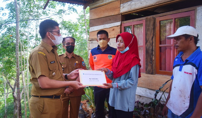 Walikota Sawahlunto menyerahkan bantuan.