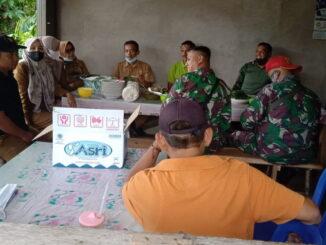 Anggota Satgas TMMD dijamu khusus oleh Walinagari Talang Maur.
