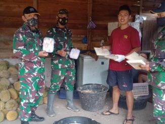 Anggota Satgas TMMD kunjungi tempat usaha pengolahan buah durian di Nagari Talang Maur.