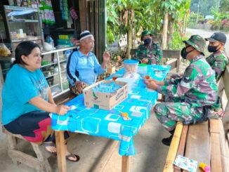 Anggota Satgas TMMD tengah bersilaturahmi dengan warga Maek.