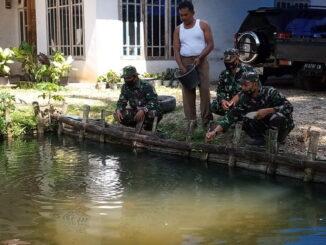Anggota satgas TMMD meninjau kolam ikan Imon.