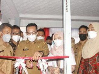 Bupati Eka Putra menggunting Pita Tanda peresmian Klinik Pita Bunga Medika.