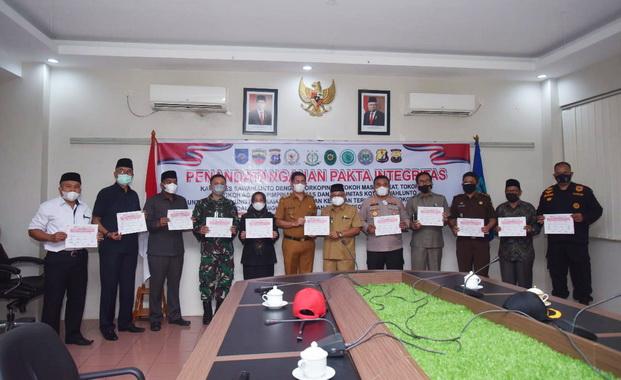 Foto bersama usai penandatanganan Pakta Integritas.